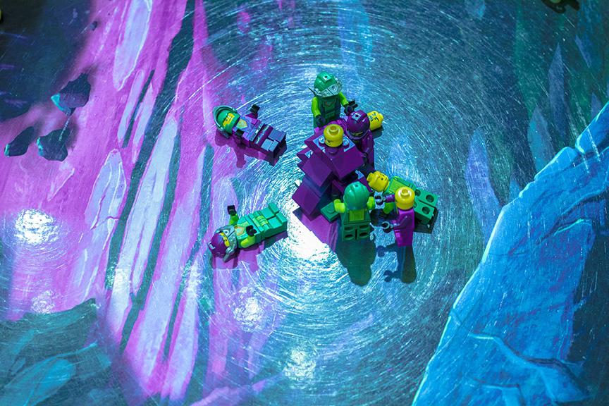 青色の床の上でレゴでできた人間が置かれている