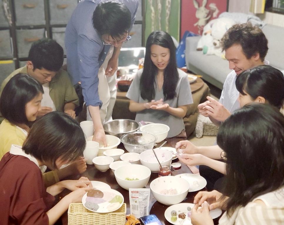 participants are making Shiratama together.